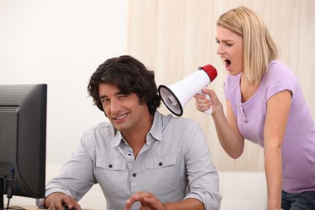 拡声器で喋る女性