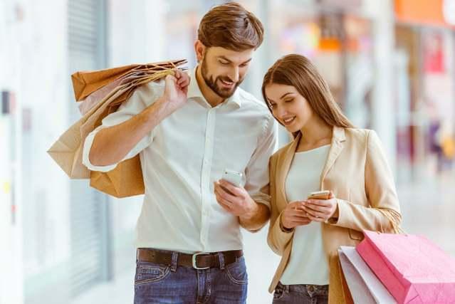 ショッピングを楽しむ男女