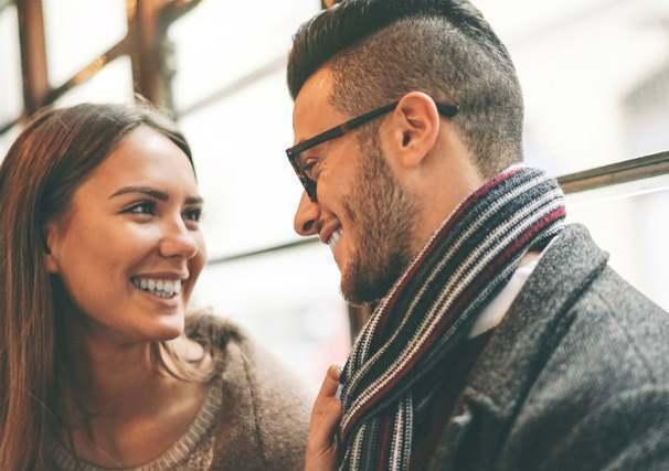 微笑み合うカップル
