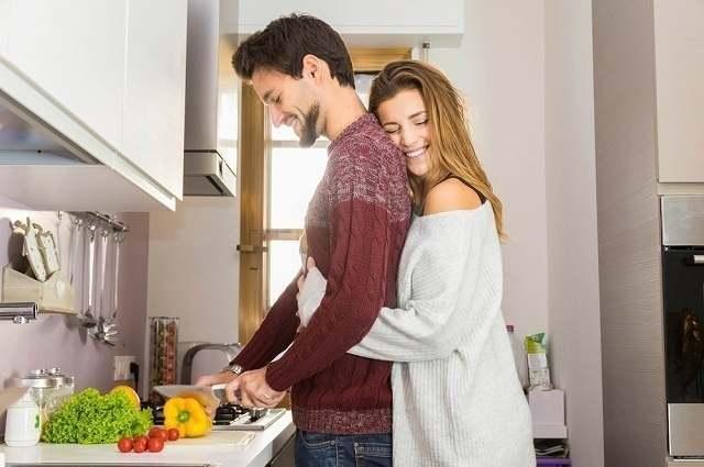 一緒に料理を楽しむ夫婦
