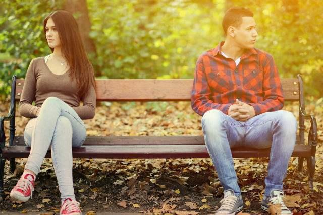ベンチに離れて座る男女