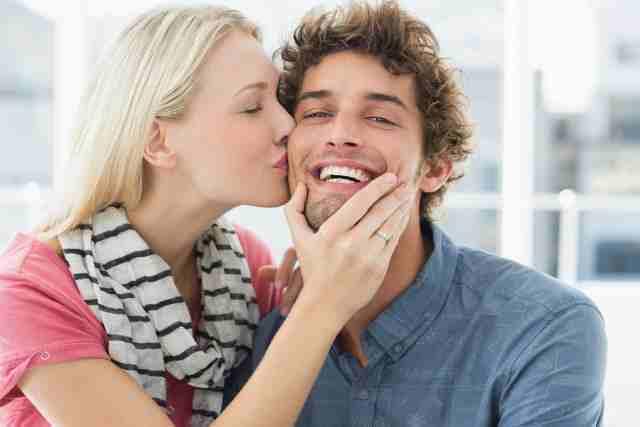 男性にキスをする女性
