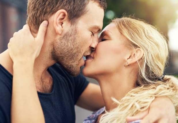 キスする二人