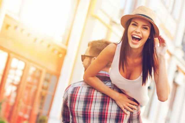 タンクトップを着た帽子の女性