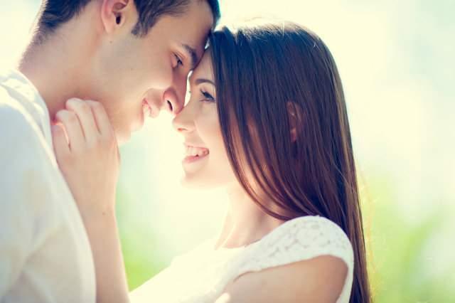 女性が笑顔のカップルのイメージ