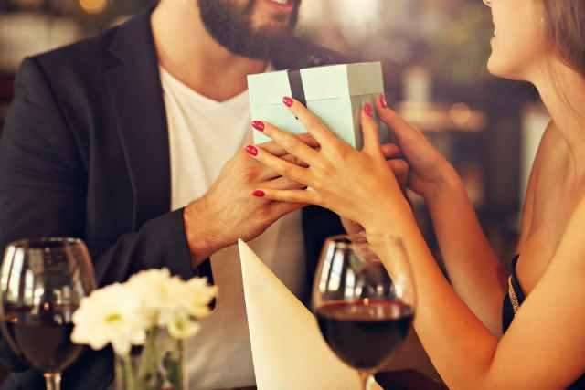 男性にプレゼントする女性