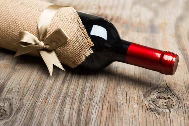 ラッピングされたワインボトル画像