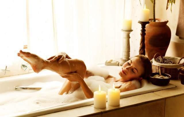 泡風呂を楽しむ女性