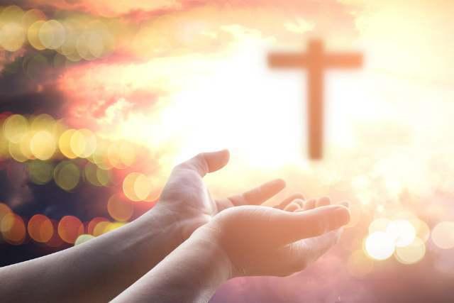 十字架に手を伸ばす人