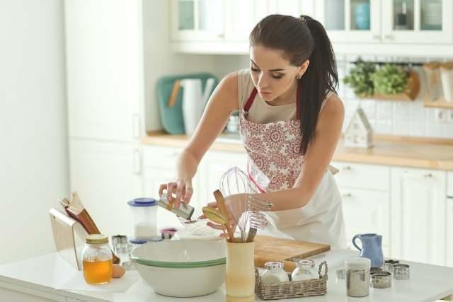 キッチンで女性が料理している