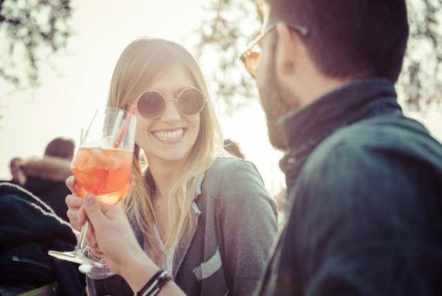 乾杯する男性と女性