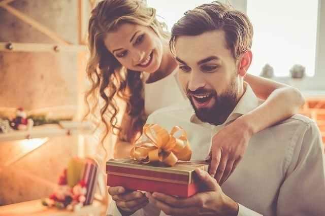 プレゼントに喜ぶ男性