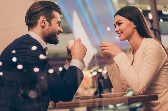 カフェで見つめあう美男美女
