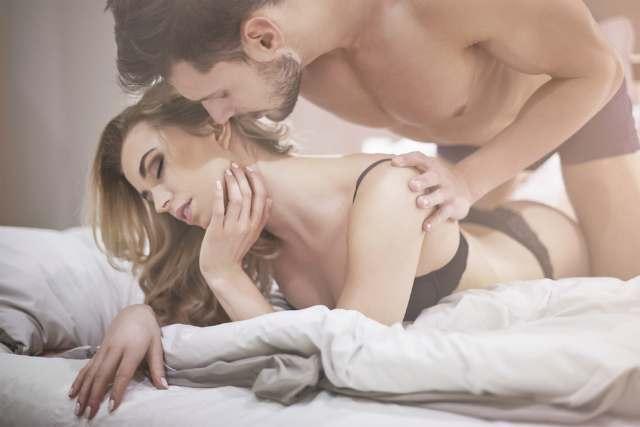 セックス中にキスをする男性