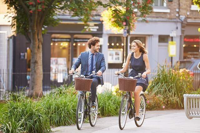 自転車で通勤途中の男女画像
