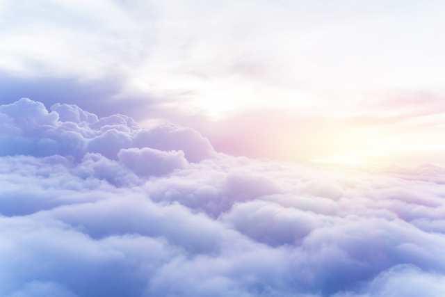 朝日がさす雲の上