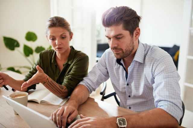 男性に会社で話しかけている女性