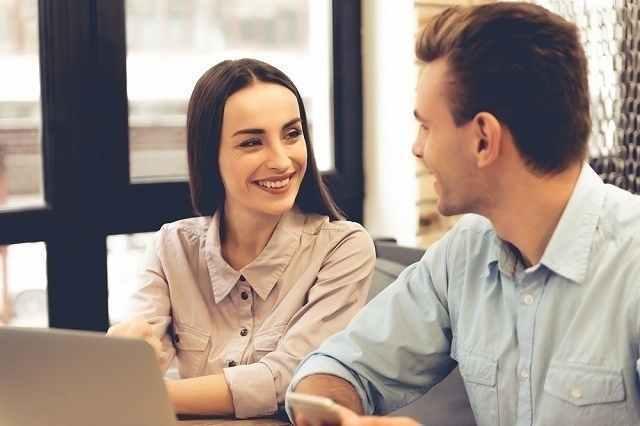 微笑み合っている男女