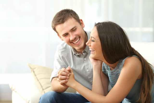 笑顔で手をつなぐ男女
