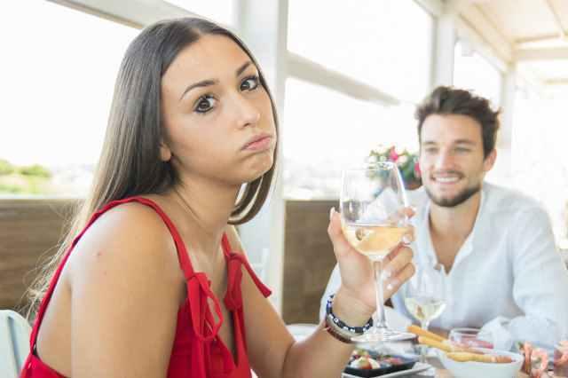 男性を前に不貞腐れる女性