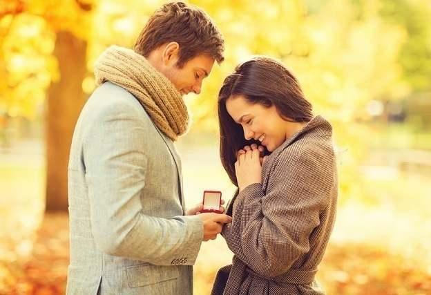 指輪をもらう女性