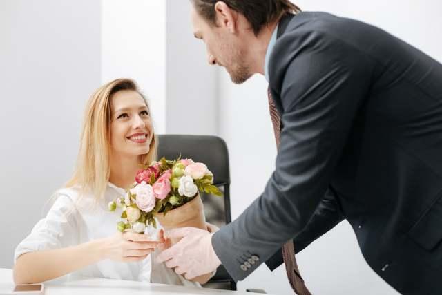 男性が女性に花束をプレゼントしている
