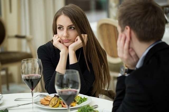 食事中に頬杖を突く女性