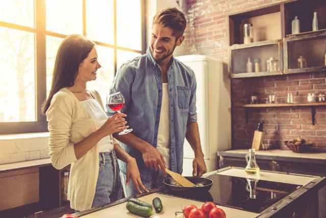 キッチンで一緒に料理をする男女