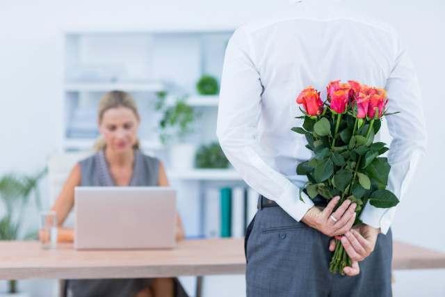 女性に花を贈る男性