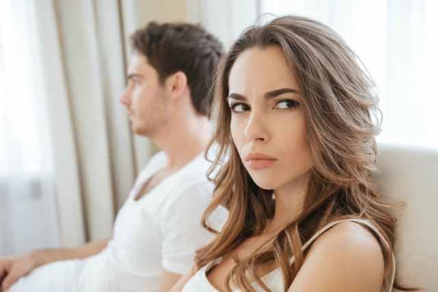 怒りを抑える女性