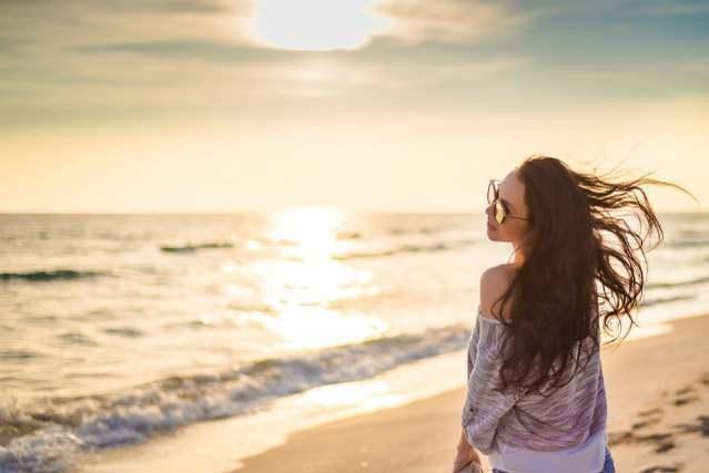 海岸で振り向く女性