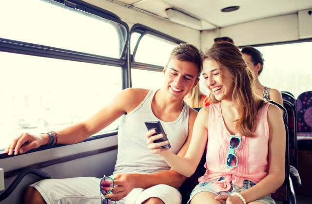 バスの中で談笑する男女