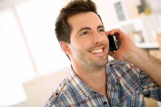 電話で告白の返事をする男性