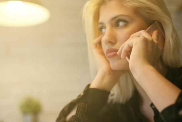真顔で電話する女性