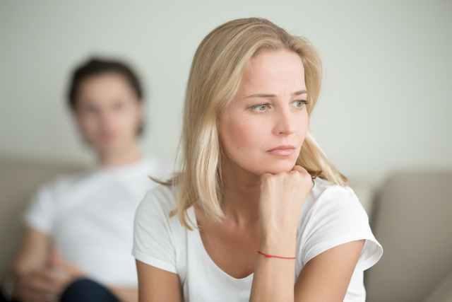 不安な表情をする女性