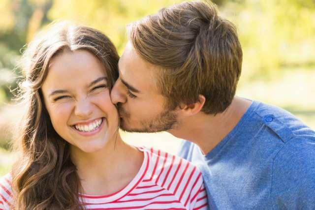 彼にキスされ喜ぶ彼女