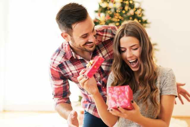 プレゼントを見て喜ぶ女性