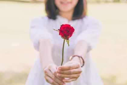 薔薇を差し出す女性