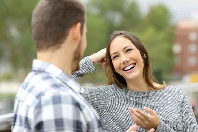 笑顔で話す女性