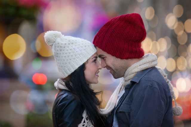 白いニット帽の女性と赤いニット帽の男性