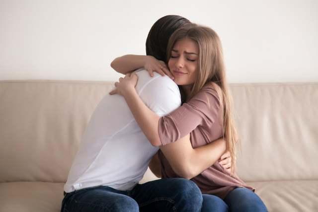 抱き合っているカップル