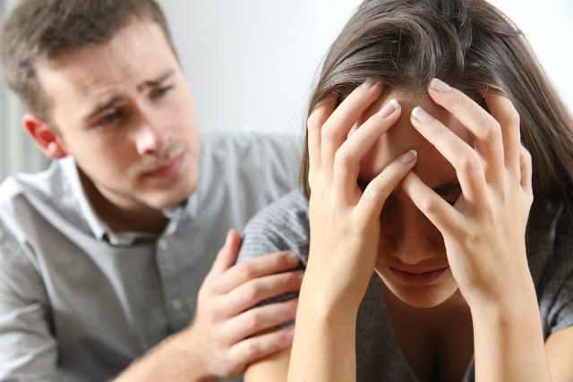 怒る女性と謝る男性