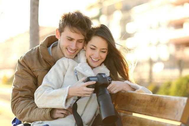 カメラを見るカップル