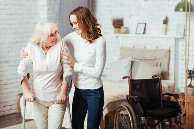 お年寄りを介助する優しい女性