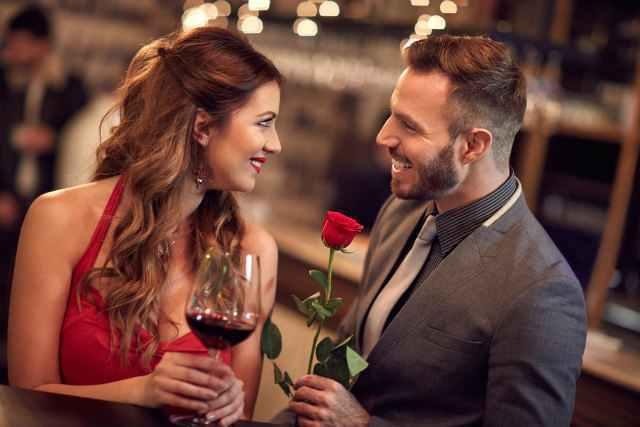 一輪の薔薇を手に女性に言い寄る男性