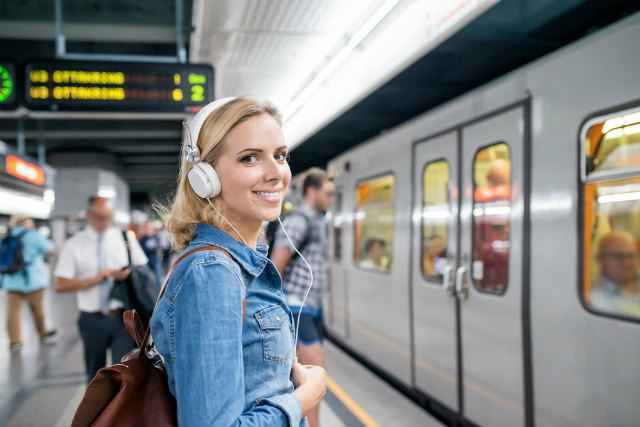 地下鉄に乗る女性