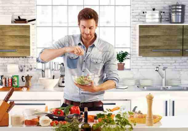 男性が料理をしている