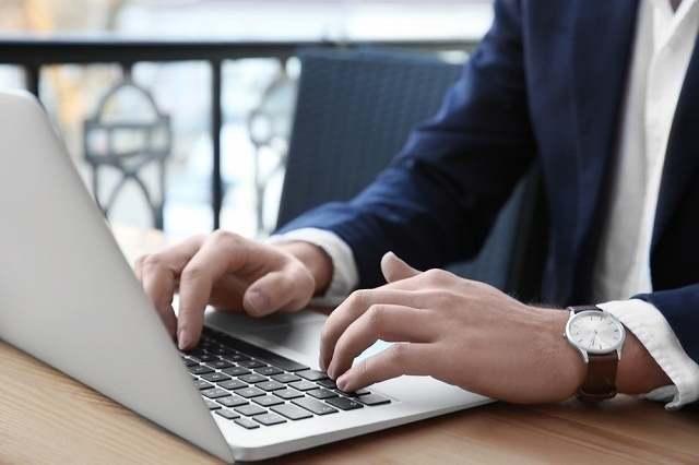 パソコン操作する男性