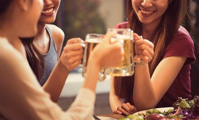 乾杯する女性3人