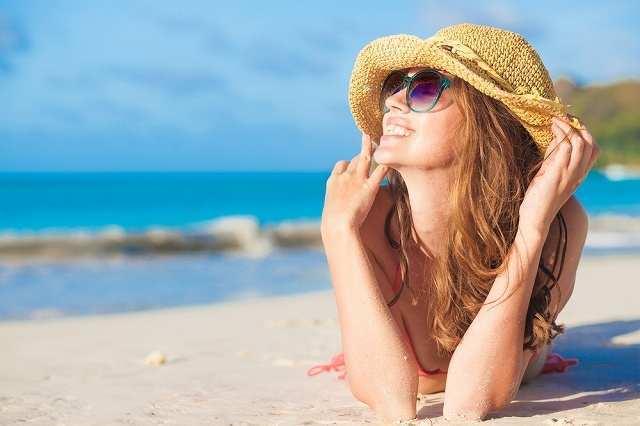 日光浴する女性